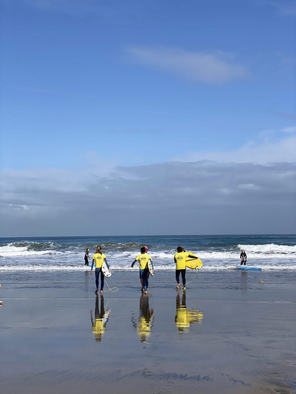 surfers-entering-ocean-surf-camp-las-palmas