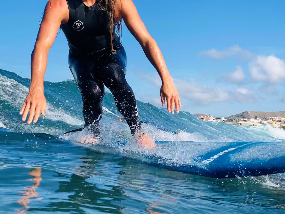 guided-surf-trip-man-surfing